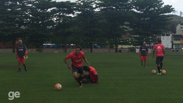 Guerrero e Rodinei brincam após treino do Flamengo