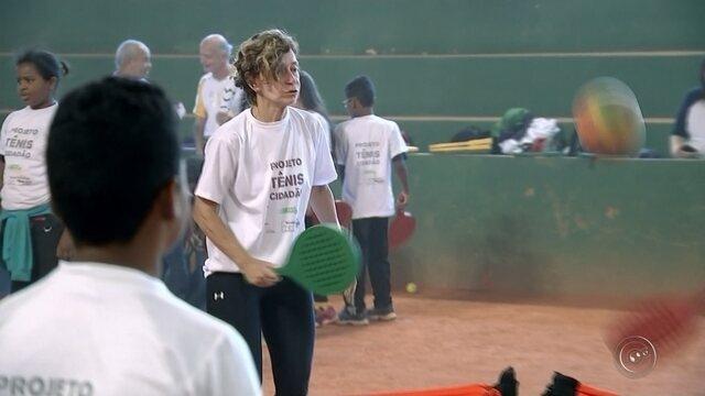 Patrícia Medrado, ex-atleta de tênis, visita projeto de tênis em Bauru