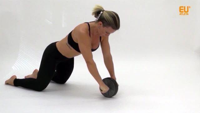 Abdominal com a roda trabalha vários músculos. Aprenda!