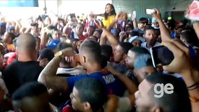 Torcida do Bahia recepciona a equipe no aeroporto de Salvador