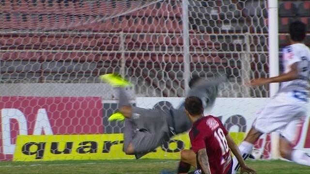 Vladimir!! Lucas Crispim bate em curva e goleiro do Ituano defende, aos 19' do 2º tempo