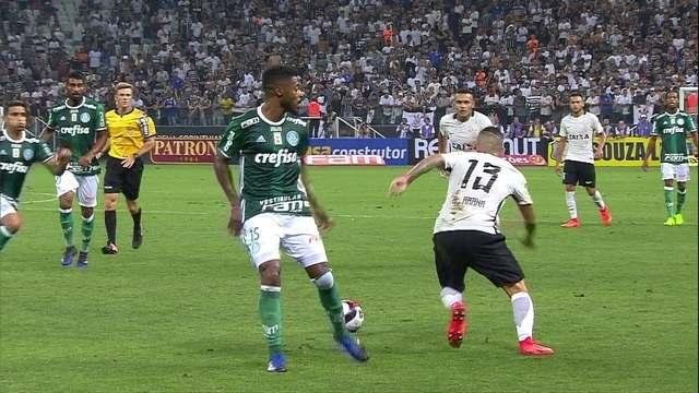 Guilherme Arana dá bonito rolinho em Michel Bastos aos 30' do 2º Tempo