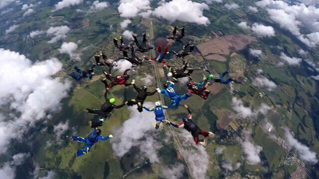 Cearenses fazem salto de paraquedas