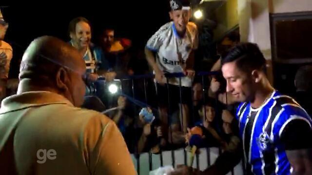 Torcedores fazem festa para chegada de Lucas Barrios