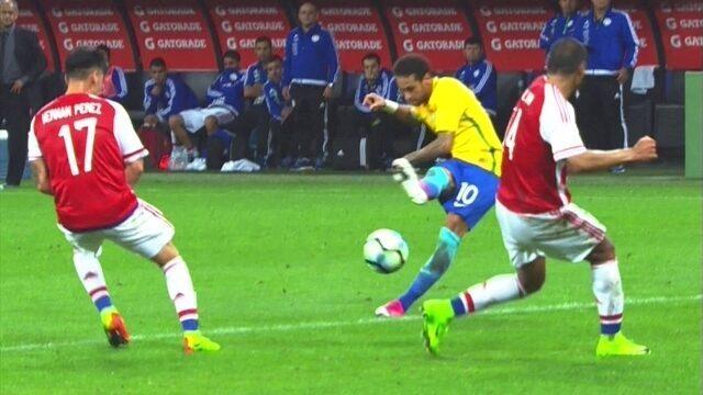 Neymar recebe na esquerda, bate colocado, mas manda pra fora, aos 28' do 2º tempo