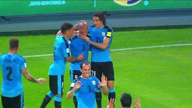 Gol do Uruguai! Suárez briga pela bola e toca para Carlos Sánchez marcar aos 29 do 1º