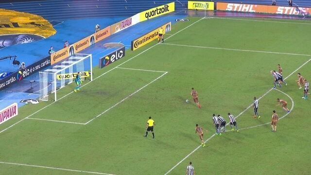 Gatito defende! Diego Souza bate com força, mas goleiro espalma, aos 26' do 2º Tempo