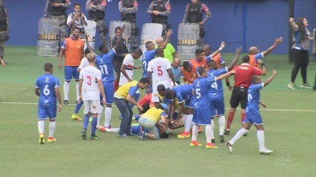 Jogador bate cabeça, sofre convulsão e é levado para hospital; veja vídeo