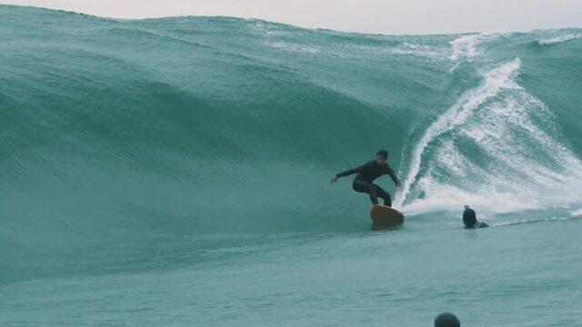 Lucas Chumbinho surfa belo tubo em onda pesada na boca da Baía de Guanabara
