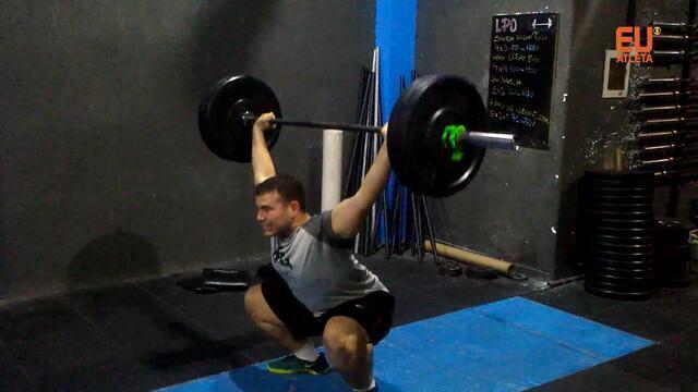 Atleta de Crossfit mostra alguns exercícios da modalidade
