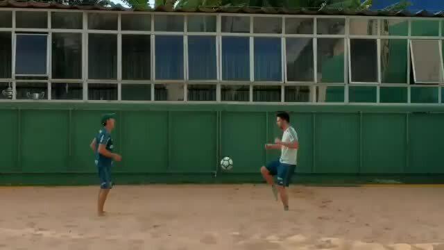 Zagueiro Luan, do Palmeiras, treina na caixa de areia na Academia