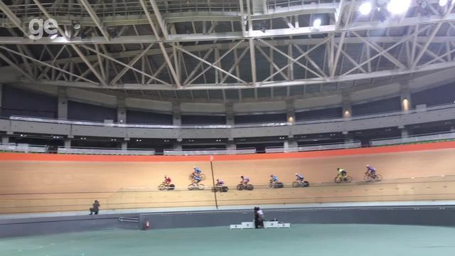 Ciclistas treinam após a reabertura do velódromo no Parque Olímpico do Rio