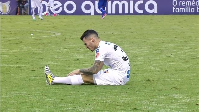 Zeca sente lesão e pede substituição na derrota do Santos contra o Cruzeiro