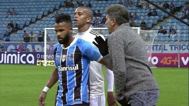 Renato Gaúcho passa instruções para Fernandinho e jogador do Coritiba tenta ouvir
