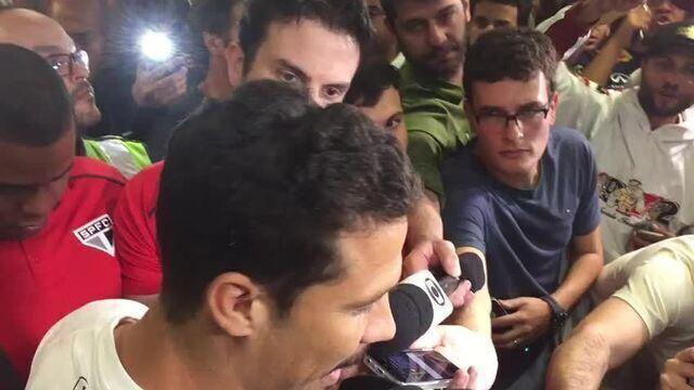 Hernanes é recebido com festa por torcedores do São Paulo