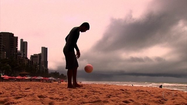 Aos 25 anos, pedreiro tenta segunda chance como jogador de futebol