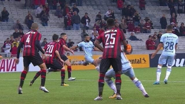 Fernandinho arrisca para o gol, mas manda por cima, aos 41'do 2º tempo