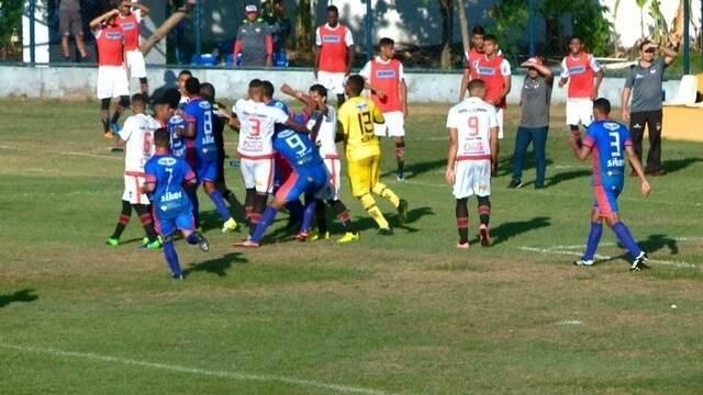 Confusão em falta resulta em expulsões do zagueiro Sanny e do goleiro Matheus Pereira