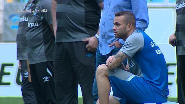 Geromel participa de rachão no Grêmio e até faz gol; de chuteira, Luan só observa