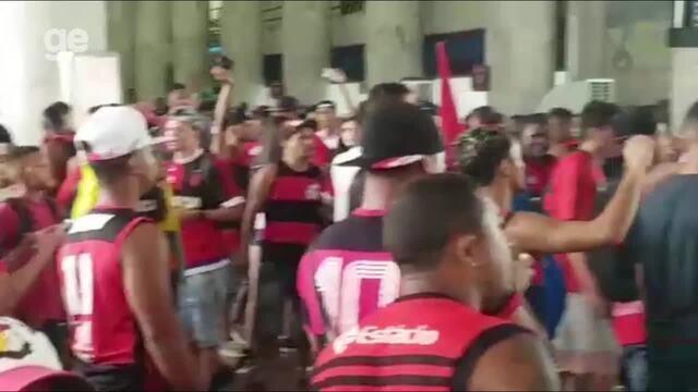 Veja confusão entre torcedores e policiais em aeroporto após chegada do Flamengo