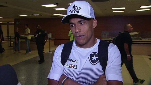 """Arnaldo, lateral do Botafogo, diz que tem """"quase certeza"""" de pênaltis para o Botafogo"""
