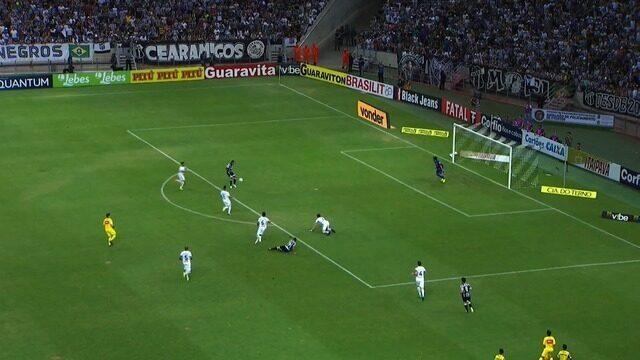 Leandro Carvalho lança bola com força, Elton se atrapalha, mas quase faz o gol