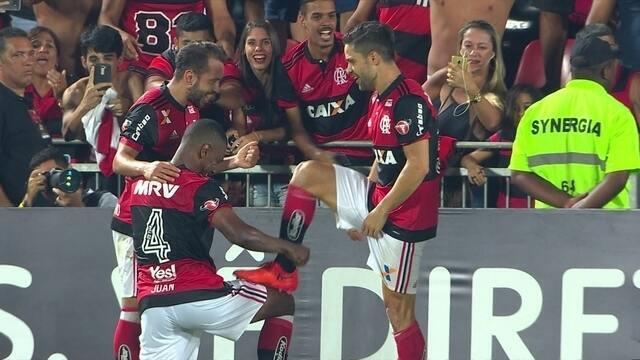 Gol do Flamengo! Diego recebe livre na área e amplia o placar, aos 41' do 2º tempo