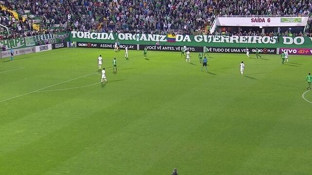 Errou feio! Antes de gol da Chape, Fluminense erra lateral bizarro