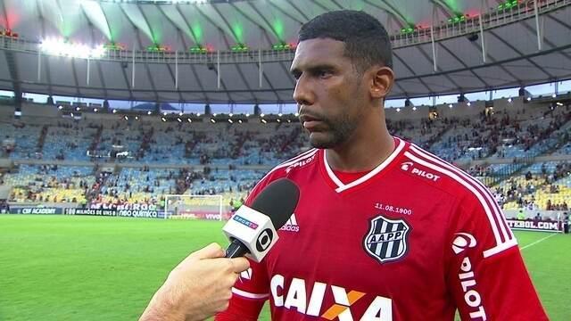 """Goleiro Aranha fala expulsão de Naldo no primeiro tempo: """"Acaba pesando bastante"""""""