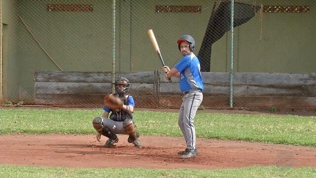 Como Faz? - Ricardo Freitas é desafiado a acertar aquela tacada dos sonhos no beisebol