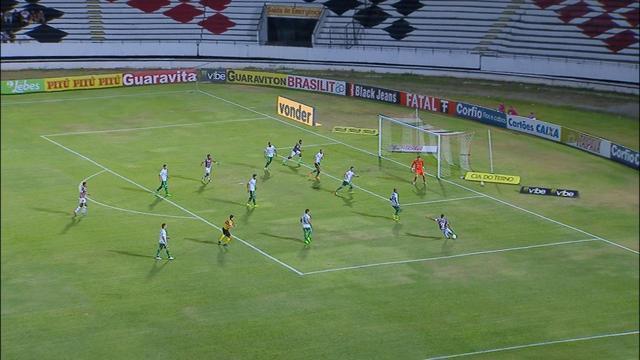 João Paulo recebe dentro da área, mas Raul faz grande defesa aos 31' do 1T