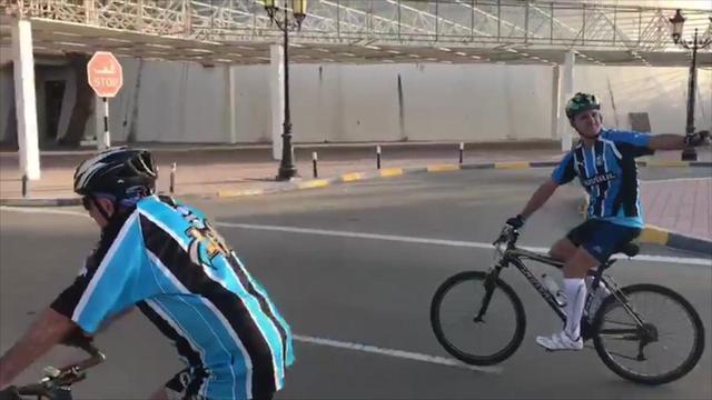 Gremistas atravessam o deserto de bicicleta para acompanhar o treino do Grêmio