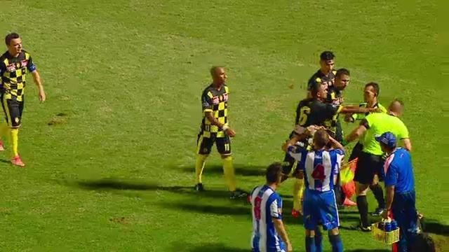 Jogador se recusa a sair de campo após levar vermelho por agredir árbitro