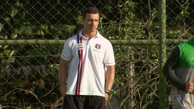 No Santa Cruz, Júnior Rocha cobra empenho dos atletas durante os treinamentos