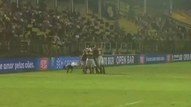 Jogador do Flamengo cai na comemoração do segundo gol contra o Volta Redonda