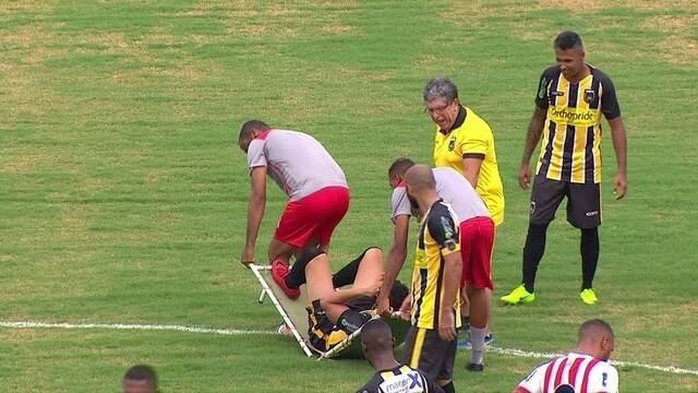 Maca quebra e jogador do Volta Redonda desaba em jogo contra o Bangu