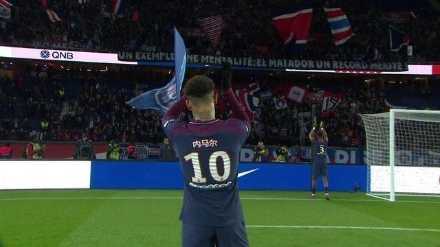 A caminho do vestiário, Neymar é chamado por Cavani para agradecer apoio da torcida do PSG