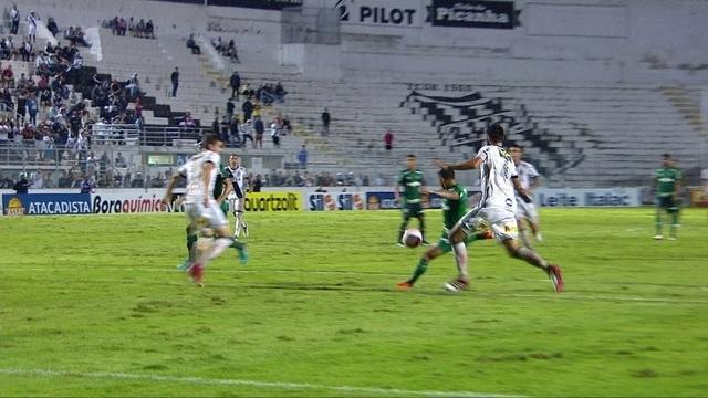 Dudu recebe de Lucas Lima, gira e chuta com perigo contra o gol da Ponte aos 35' do 2º