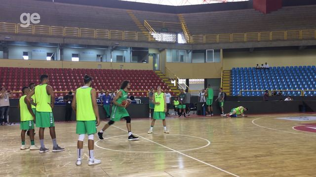 Varejão e Benite vencem desafio da cesta do meio da quadra em treino do Brasil