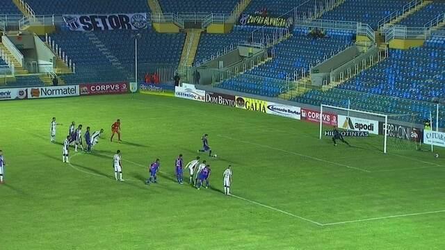 Aos 02`, na cobrança de penalidade, com paradinha, Thiago Furlan manda para as redes.