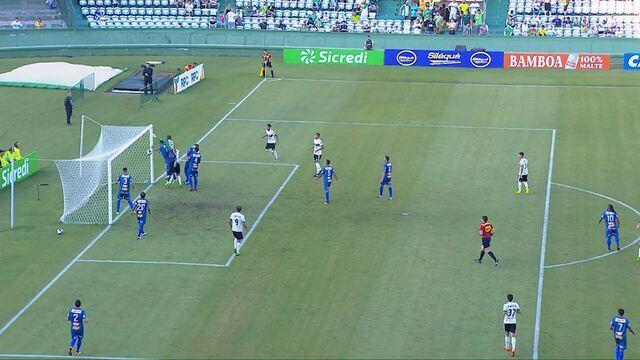 Gol do Coritiba! João Gabriel se atrapalha, joga a bola para dentro do gol e faz contra