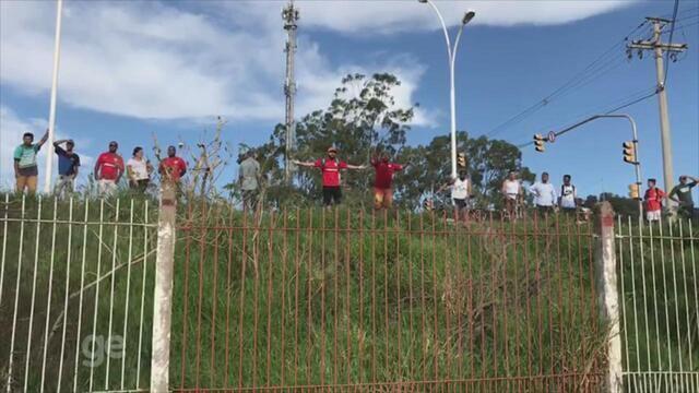 Após derrota no Gre-Nal, grupo de torcedores do Internacional protesta em treino