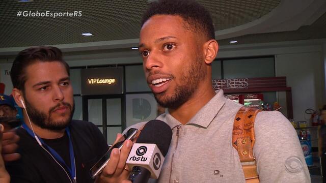 André chega a Porto Alegre e promete retribuir esforço do Grêmio em campo