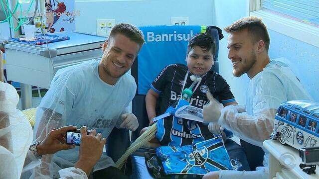 Menino com doença pulmonar recebe visita especial de Ramiro e Bressan
