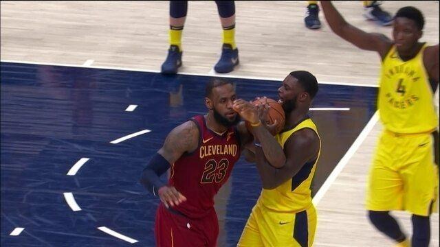 4º quarto - LeBron e Stephenson disputam bola