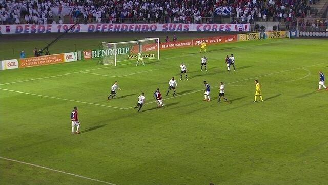 Carlos arrisca para o gol, mas manda para fora, aos 47' do 2º Tempo