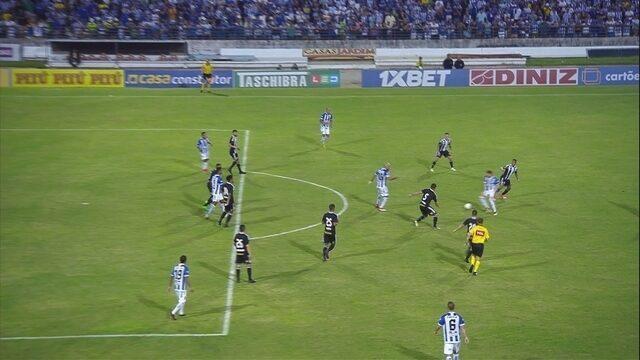 Celsinho chuta cruzado, mas a bola passa ao lado do gol, aos 23 do 2° tempo