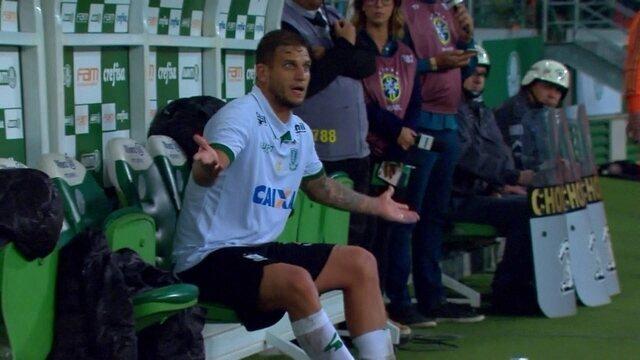 Rafael Moura reclama de companheiro após ser substituído, aos 32' do 2º tempo