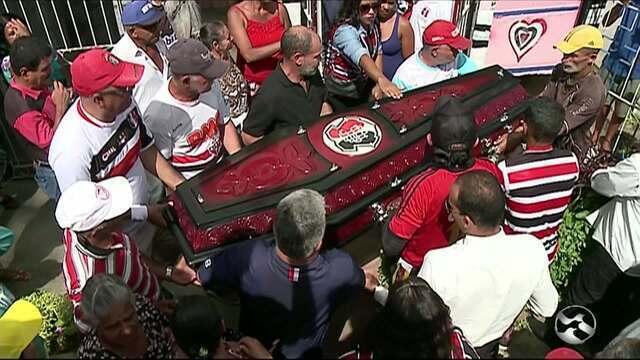 Bacalhau, torcedor símbolo do Santa Cruz, é enterrado no Agreste
