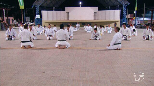 Karatecas aproveitam férias escolares para praticarem a modalidades em espaço aberto à com